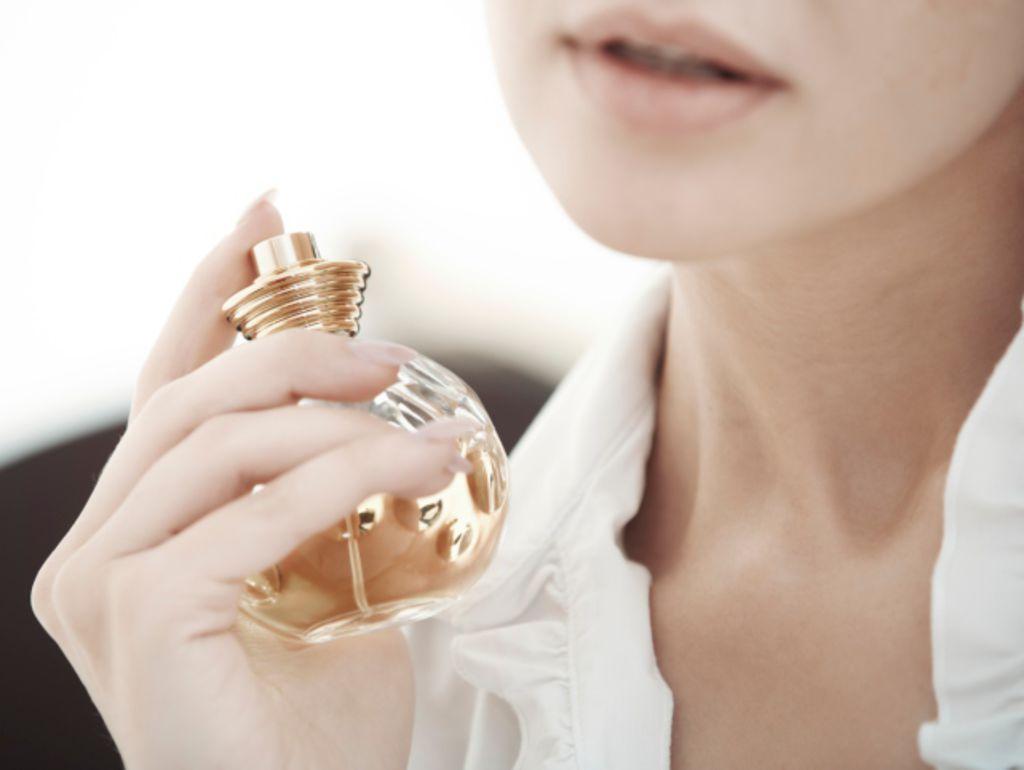 La-question-beaute-du-mercredi-comment-faire-quand-on-a-mis-trop-de-parfum_width1024