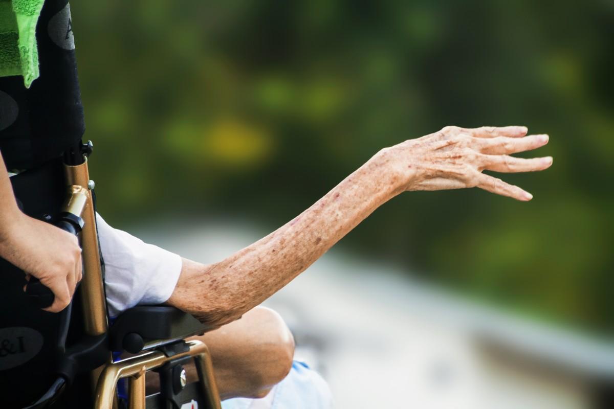 hospice_wrinkled_hand_elderly_old_senior_patient_disabled_aged-349248